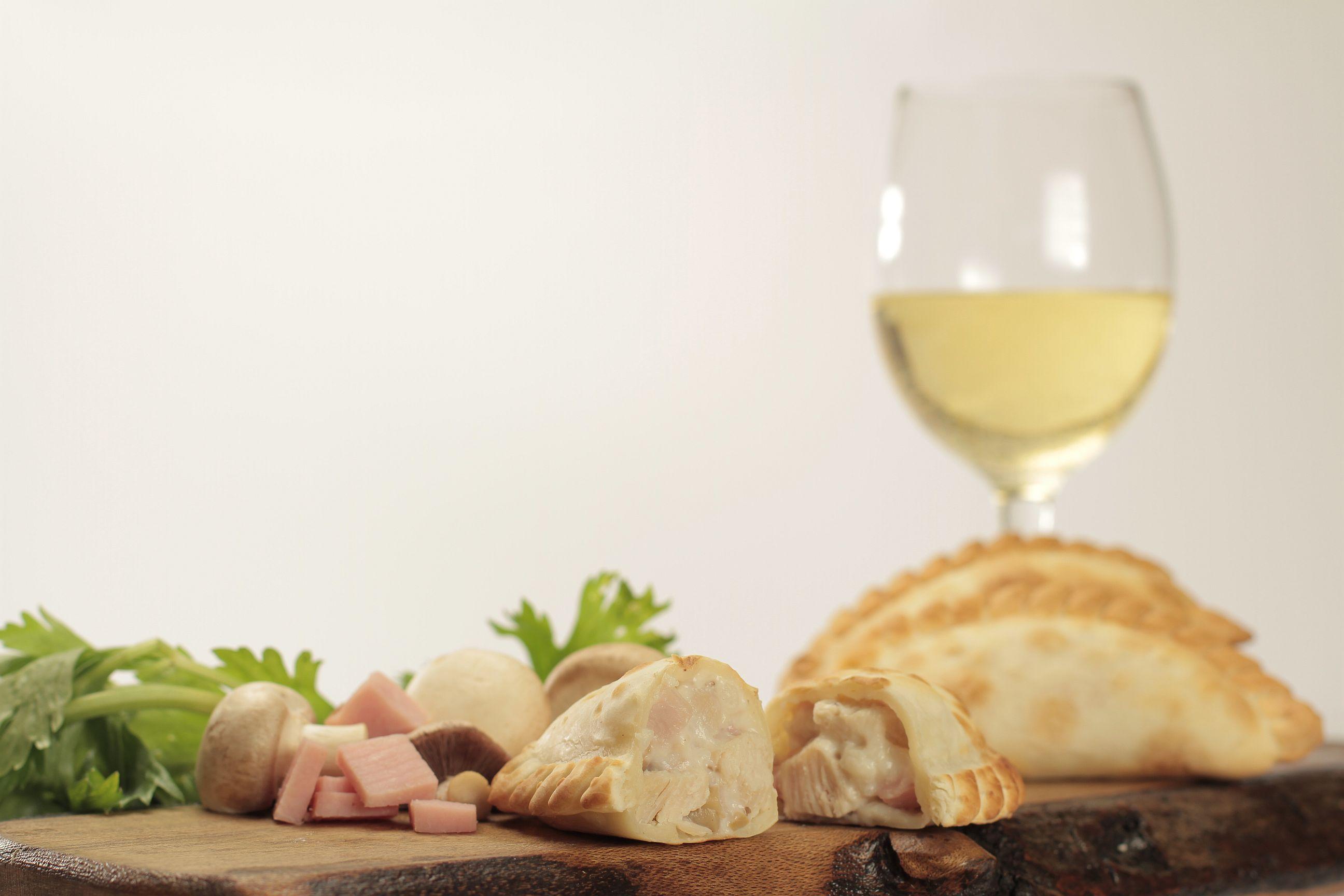 Empanada de Queso, salchicha y mostaza al vino blanco de Cumen Cumen