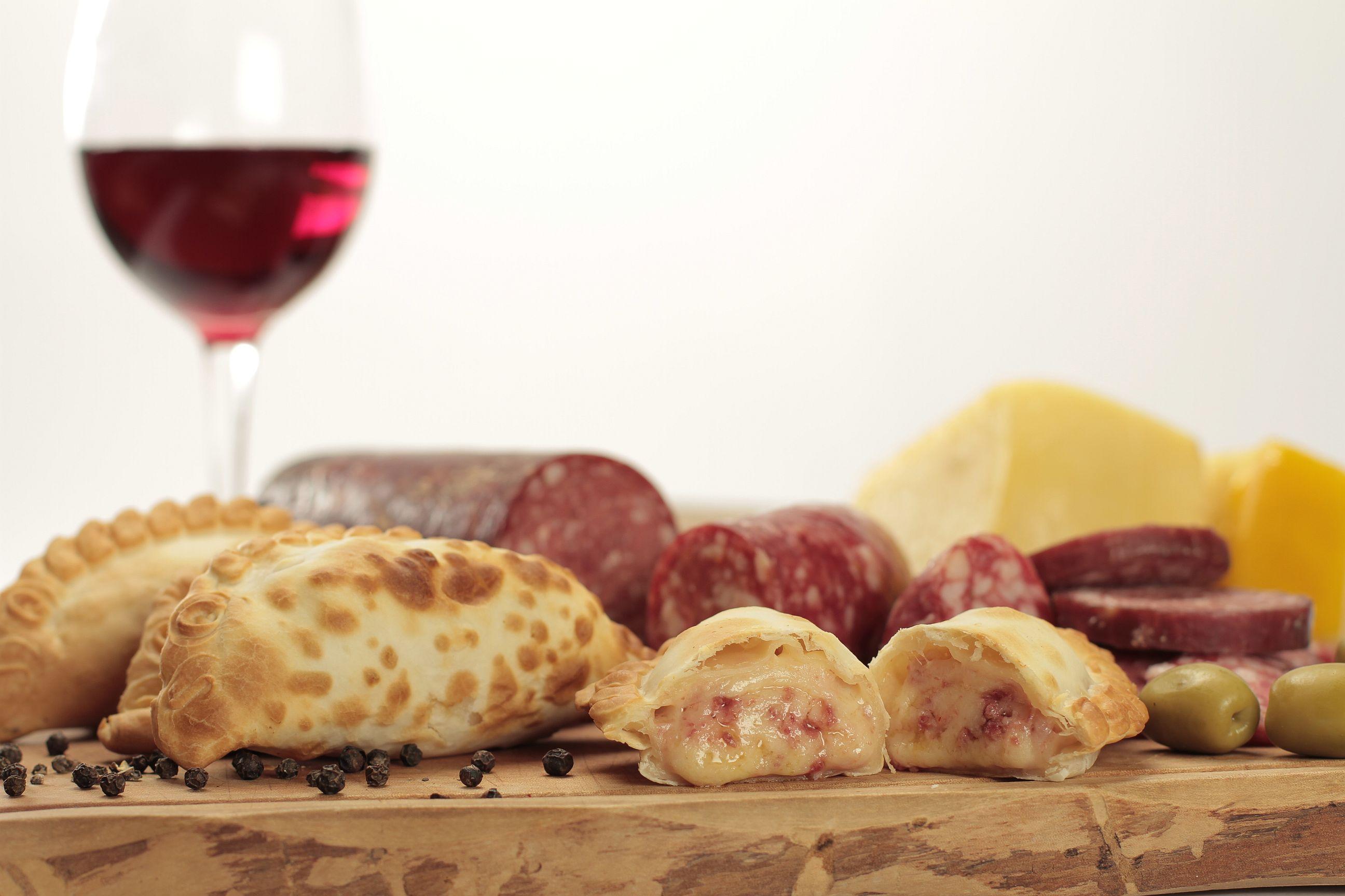 Empanada de longaniza calabresa queso aceituna y pimienta de Cumen Cumen